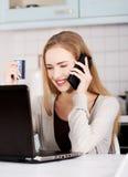 Mulher loura feliz que usa o portátil Imagens de Stock Royalty Free