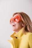 Mulher loura feliz que veste óculos de sol estranhos Imagem de Stock