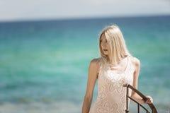 A mulher loura forma, oceano como o fundo foto de stock