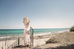A mulher loura forma, oceano como o fundo imagem de stock royalty free