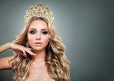 Mulher loura glamoroso com coroa dourada Imagem de Stock Royalty Free