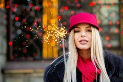 Mulher loura glamoroso que veste o equipamento elegante do inverno, holdin imagem de stock
