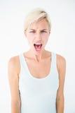 Mulher loura irritada que grita Fotografia de Stock