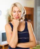 Mulher loura madura deprimida Foto de Stock Royalty Free