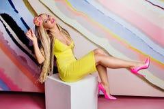Mulher loura magro nova, bonito, bonita com tranças africanas e com o pirulito em suas mãos Imagens de Stock Royalty Free