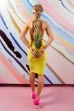 Mulher loura magro nova, bonito, bonita com tranças africanas e com os abacaxis em suas mãos Imagem de Stock Royalty Free