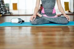 Mulher loura magro nova na classe da ioga Foto de Stock