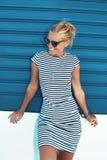 Mulher loura mediterrânea nova feliz que levanta no shu azul do rolo fotos de stock