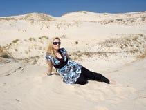 Mulher loura na duna de areia Imagens de Stock Royalty Free