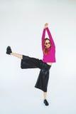 Mulher loura na moda que dança apenas no fundo branco isolado Fotos de Stock Royalty Free