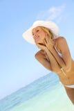 Mulher loura na praia Fotos de Stock Royalty Free