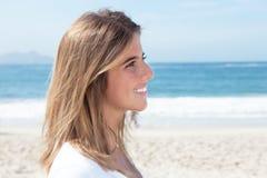 Mulher loura na praia que olha lateralmente fotos de stock royalty free