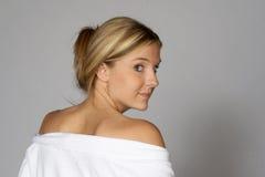 Mulher loura na veste que olha sobre o ombro fotos de stock