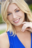 Mulher loura naturalmente bonita com olhos azuis Imagens de Stock Royalty Free