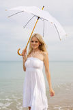 Mulher loura no branco no seashore Foto de Stock