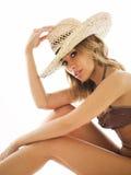 Mulher loura no chapéu do biquini e de palha Imagem de Stock Royalty Free