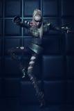 Mulher loura no levantamento de aço da armadura Imagens de Stock