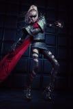 Mulher loura no levantamento de aço da armadura Fotos de Stock Royalty Free