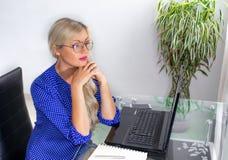 Mulher loura no local de trabalho fotos de stock