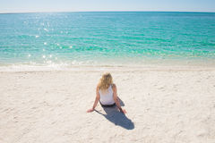 Mulher loura no paraíso branco Austrália da praia Foto de Stock Royalty Free