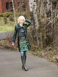 Mulher loura no revestimento muito colorido do inverno Imagens de Stock