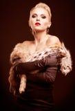 Mulher loura no vestido preto Fotos de Stock Royalty Free