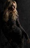 Mulher loura no vestido preto fotos de stock