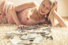 mulher loura nos pijamas no tapete branco Imagens de Stock Royalty Free