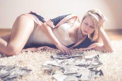 mulher loura nos pijamas no tapete branco Fotografia de Stock Royalty Free