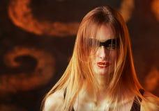 Mulher loura nova alta bonita com composição dourada artística Foto de Stock