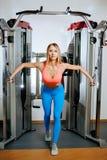 Mulher loura nova atlética que faz o exercício na caixa no cruzamento no gym foto de stock royalty free