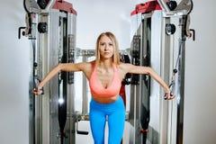 Mulher loura nova atlética que faz o exercício na caixa no cruzamento no gym imagens de stock