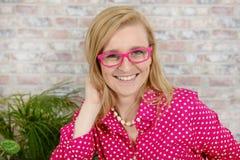 Mulher loura nova bonita com a camisa cor-de-rosa e branca fotos de stock royalty free