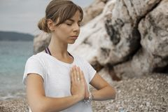 Mulher loura nova bonita com o cabelo longo que faz a ioga e o medita fotografia de stock royalty free