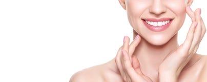 Mulher loura nova bonita com a pele perfeita que toca em sua cara Tratamento facial Cosmetologia, beleza e conceito dos termas
