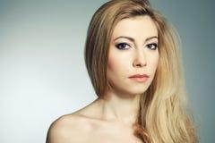 Mulher loura nova bonita com uma grande composição Imagens de Stock