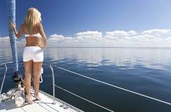 Mulher loura nova bonita em um barco de vela Imagens de Stock