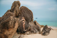 Mulher loura nova bonita no biquini preto que levanta na praia Retrato modelo 'sexy' com corpo perfeito Conceito de Imagens de Stock