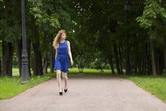 Mulher loura nova bonita no vestido azul foto de stock royalty free