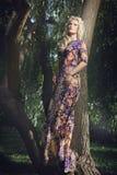 Mulher loura nova bonita que anda no parque Foto de Stock Royalty Free