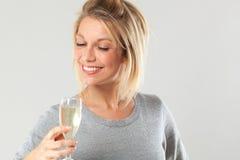 Mulher loura nova chique que aprecia bebendo a flauta do vinho borbulhante fotografia de stock royalty free