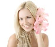 Mulher loura nova com o sorriso do lírio isolado Foto de Stock Royalty Free