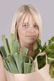 Mulher loura nova da compra saudável com mantimentos Imagens de Stock Royalty Free