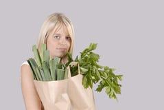 Mulher loura nova da compra saudável com mantimentos Imagem de Stock Royalty Free