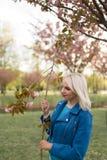 Mulher loura nova da m?e que aprecia o tempo livre - vestido no casaco azul e nas cal?as brancas imagem de stock