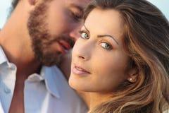 Mulher loura nova e um homem no fundo Fotografia de Stock