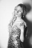 Mulher loura nova em um vestido elegante fotografia de stock