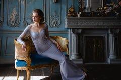 Mulher loura nova em uma luz - vestido da noiva de casamento azul imagem de stock
