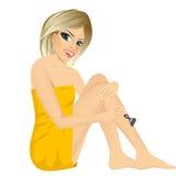 Mulher loura nova envolvida na toalha branca ilustração royalty free
