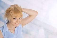 Mulher loura nova feliz em uma camisa azul Fotos de Stock Royalty Free